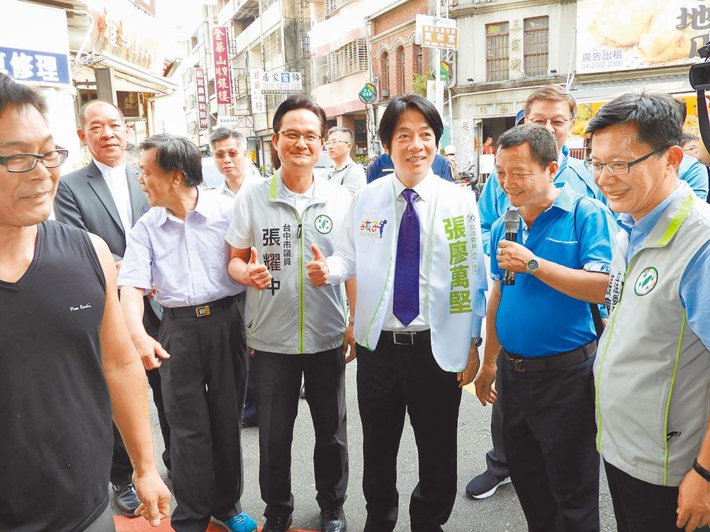 賴清德(中)等一行人16日參訪台中南屯老街,他呼籲民眾多來逛逛,享受老街的文化。(陳世宗攝)