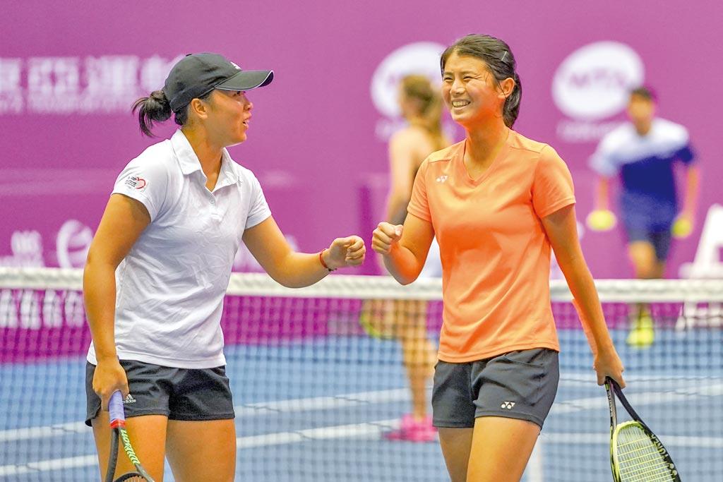 李亞軒(左)與吳芳嫺氣走大會頭號種子,殺入台北海碩女網賽雙打冠軍戰,獲勝後兩人開心擊掌慶祝。(海碩整合行銷提供/李弘斌傳真)