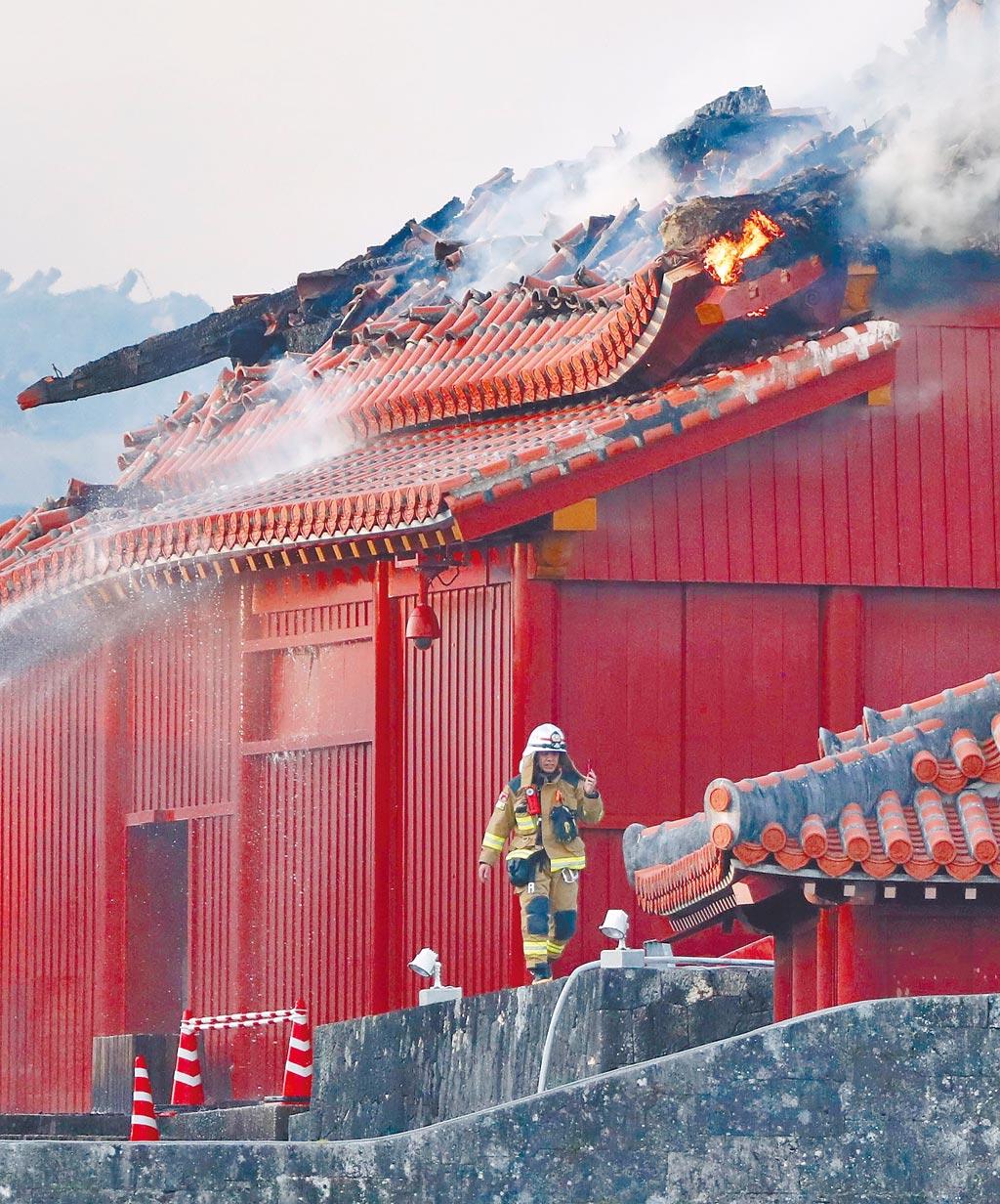 沖繩古都首里城10月31日凌晨驚傳失火,消防隊趕往灌救。(美聯社)