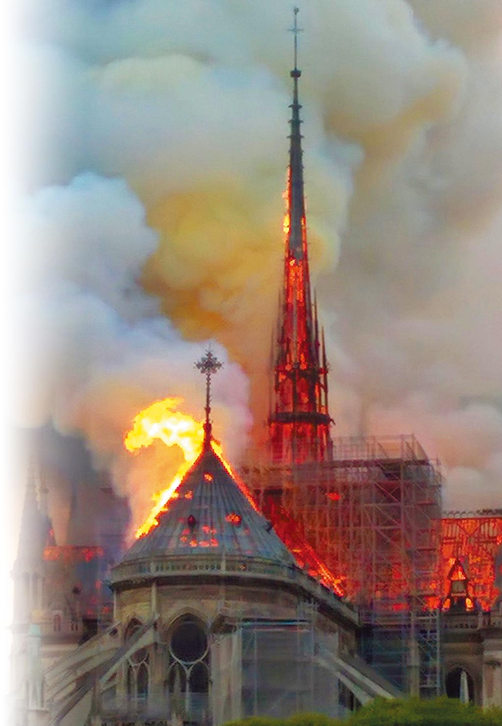 巴黎聖母院4月15日發生火災,木造屋頂與尖塔幾近全毀。(美聯社)