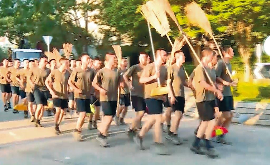 解放軍駐港部隊16日出動,協助清理示威者留下的路障。(美聯社)
