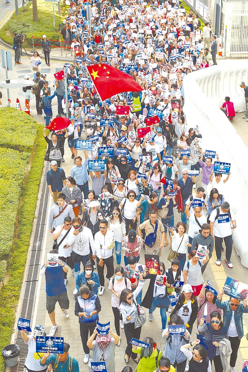 美國國會USCC年度報告建議,若解放軍入港鎮暴,將取消給與香港的特殊經濟待遇。圖為數千名香港市民自發前往香港特區政府總部,呼籲特區政府盡快止暴制亂,同時為警察加油打氣。(中新社)