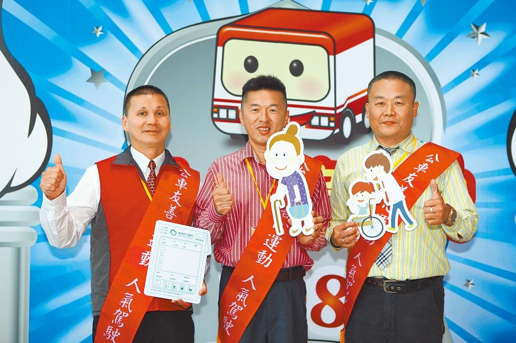服務年資超過10年的張朝慶(左起)、朱弘州及劉汶俊,他們都把乘客當成家人照顧,在網路票選獲人氣優良公車駕駛員。(張立勳攝)