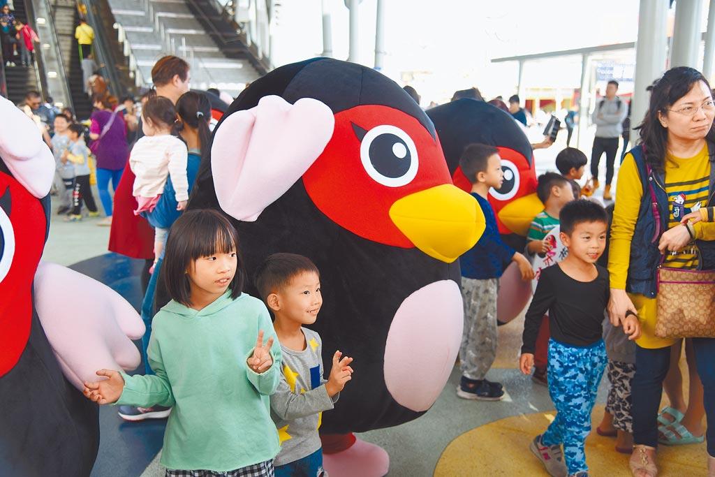 花蓮縣政府為宣傳23日的太平洋溫泉花車嘉年華,於16日辦理快閃活動,舞者身著紅面番鴨布偶裝,讓圍觀民眾與旅客瘋狂撲上前拍照。(王昱凱攝)