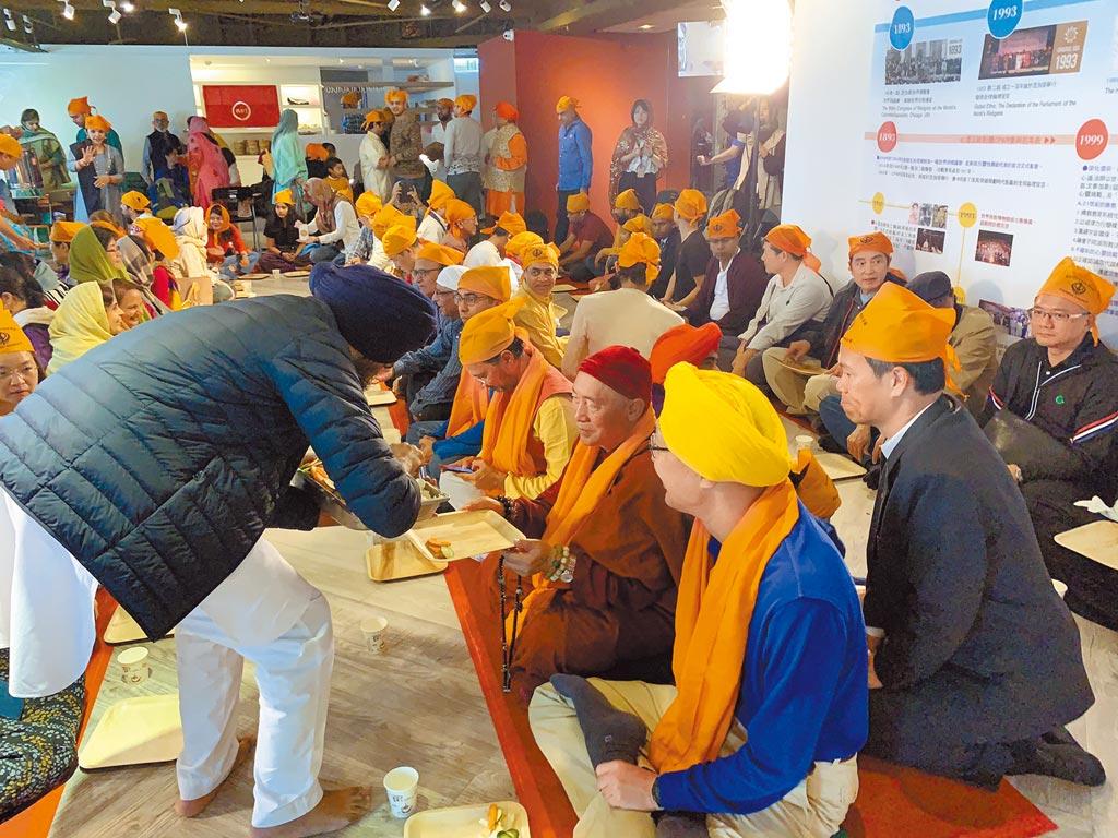 世界宗教博物館邀請錫克教慈善廚房Langar來台,讓國人體驗各國不同的宗教活動。(王揚傑攝)