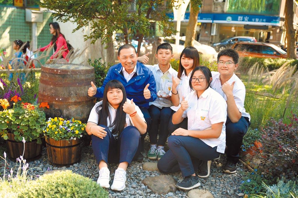 淡水工商團隊獲得全國青年景觀競賽冠軍,新北市長侯友宜與獲獎同學在作品中合影。(王揚傑攝)