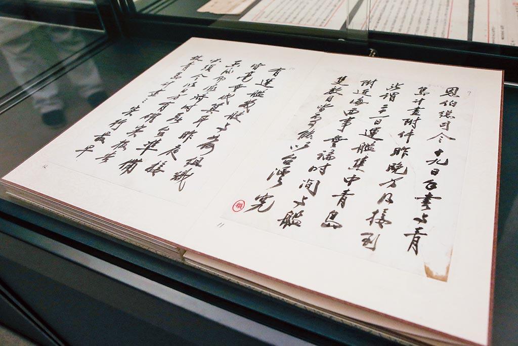 蔣介石致湯恩伯親筆手札,內容提到五批黃金運輸台灣的事情。(趙雙傑攝)
