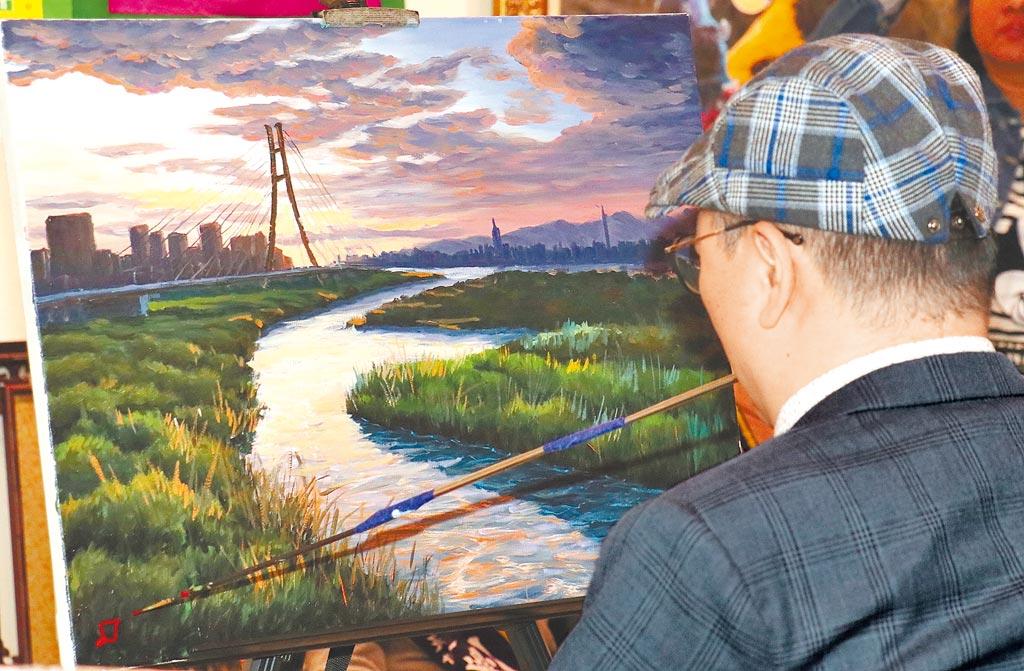 周大觀文教基金會16日在中正紀念堂表揚今年的生命勇士,「口足畫家」陳坤宏現場示範簽名。(實習攝影記者林益民攝)