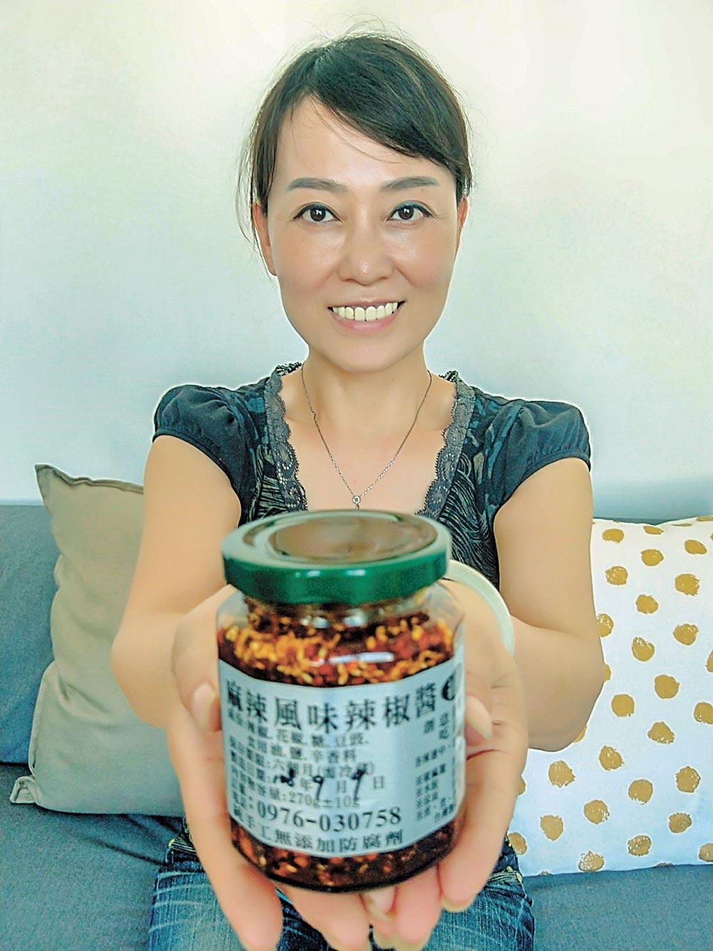 新住民怡瑄說製作有機辣椒醬取名為「麻辣女王醬」。(市府提供/羅浚濱新竹傳真)
