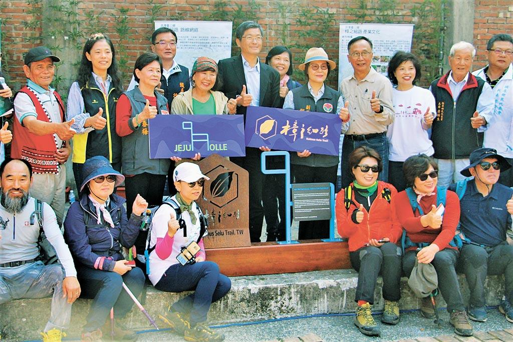 獅潭樟之細路鳴鳳古道與韓國濟州偶來第15號步道,互設指標締結友誼步道,為台灣創新的里程碑。(何冠嫻攝)