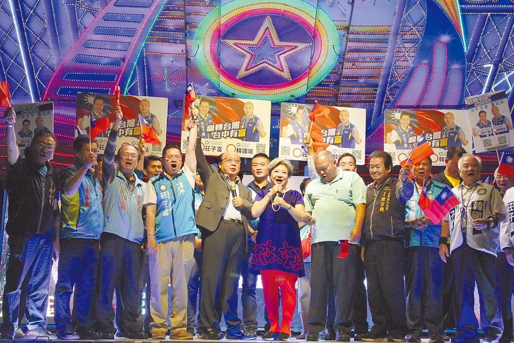 國民黨中市立委參選人莊子富(左4)造勢晚會,前台中市長胡志強(左5)等人到場站台。(陳淑芬攝)