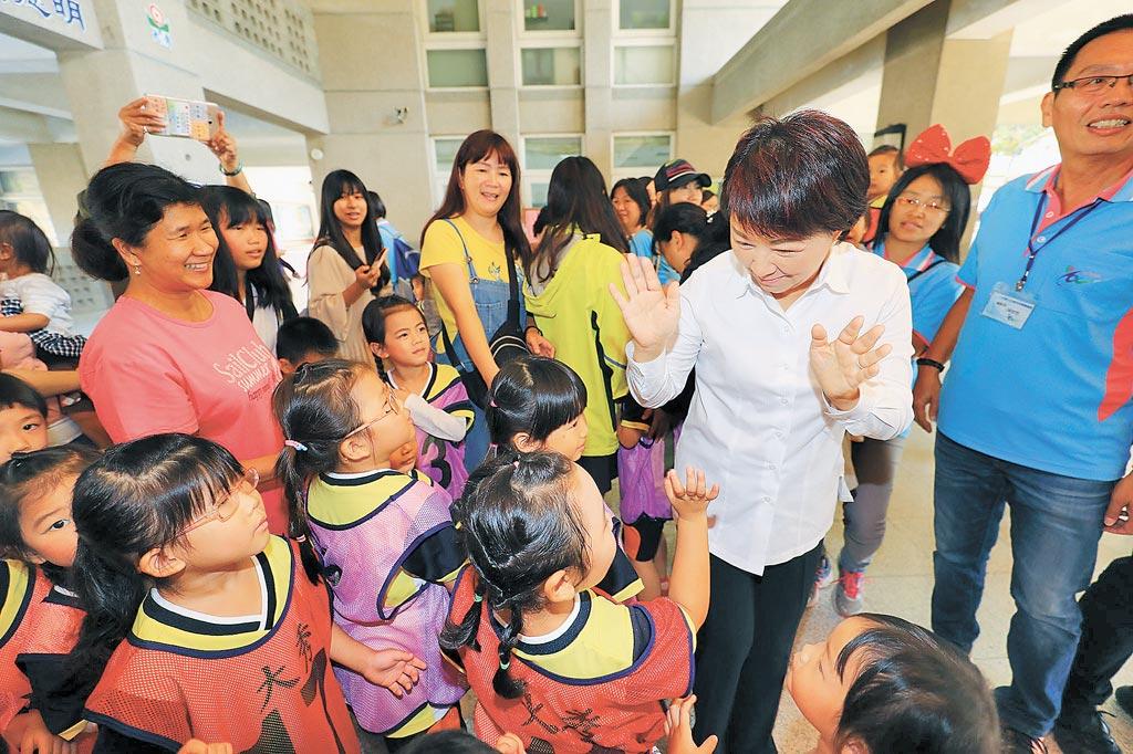 台中市長盧秀燕昨天前往大秀國小參加百年校慶時,與小朋友親切的互動。(陳世宗攝)