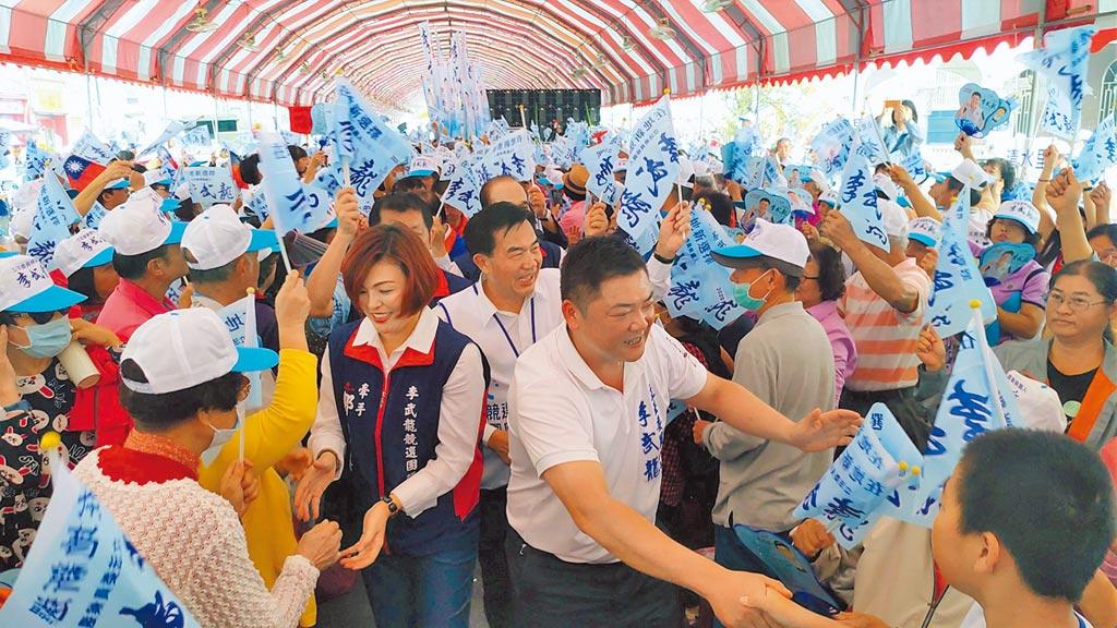 國民黨台南市第二選區立委參選人李武龍(前右)16日在麻豆成立競選總部。(莊曜聰攝)
