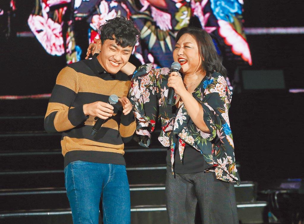 鄭怡(右)昨晚第一次與兒子同台合唱。(粘耿豪攝)