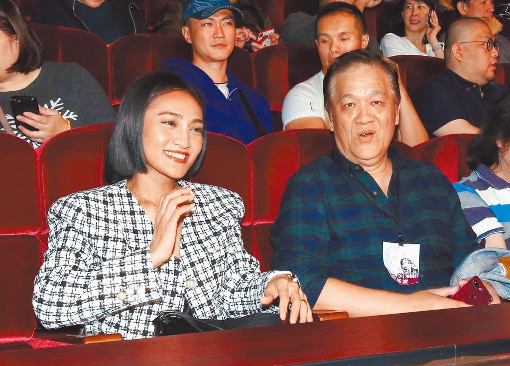 鄭怡老公(右)昨與葉瑋庭坐一起。(粘耿豪攝)