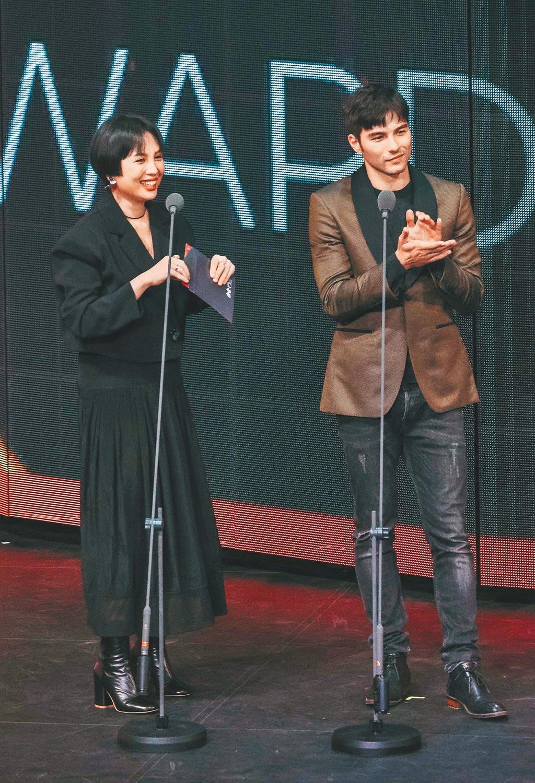 魏如萱(左)、鳳小岳擔任金音獎最佳另類流行單曲獎頒獎人。(文化部影視及流行音樂產業局提供)