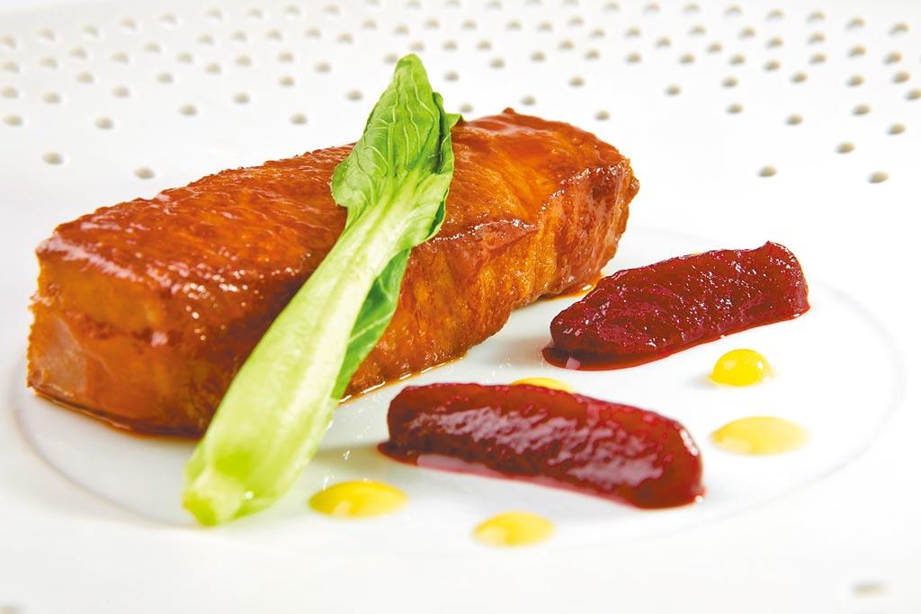 「龍眼木柴燒日本和牛」價格約5880元。(鹽之華法國餐廳提供)