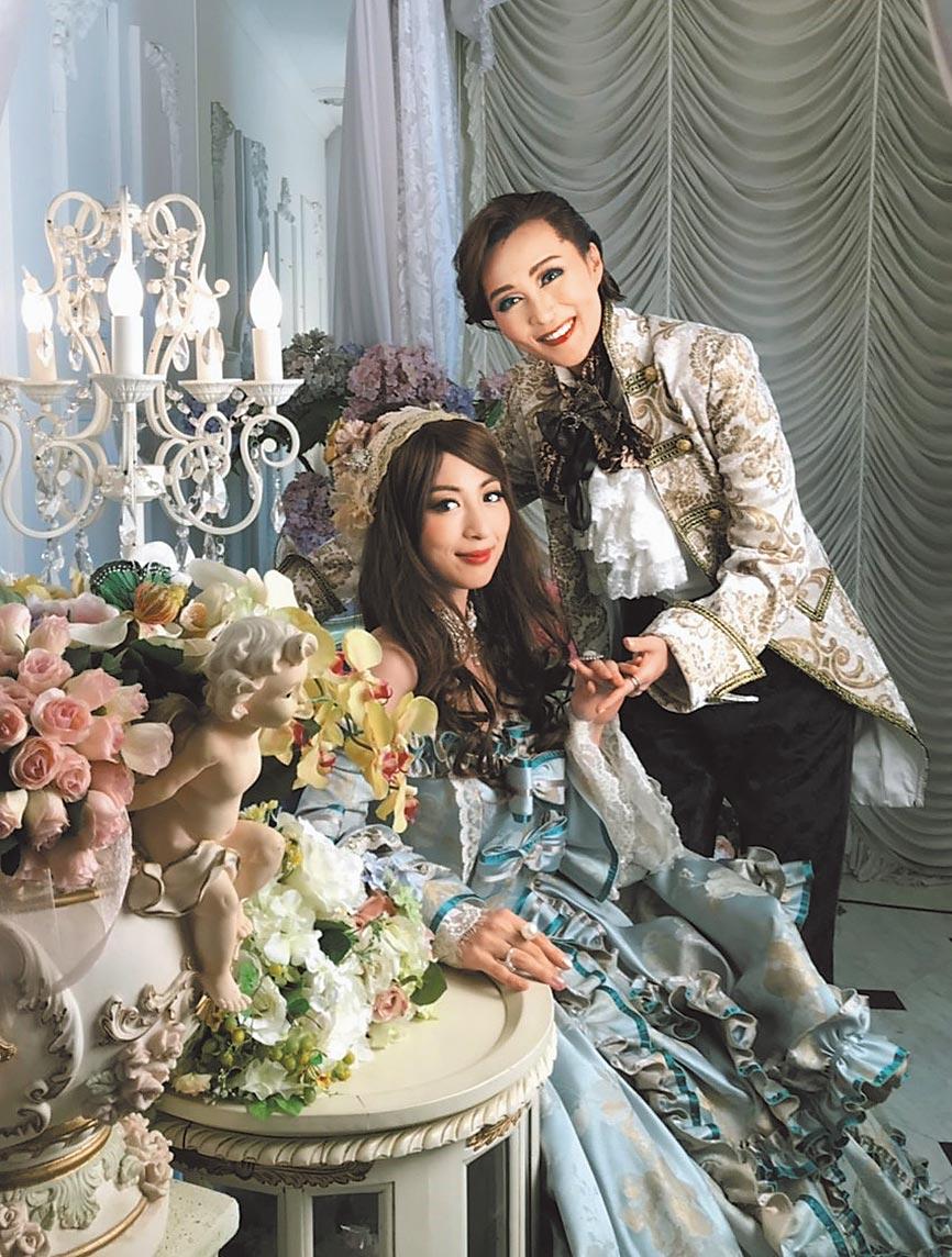 大久保麻梨子(左)訪問成為台灣媳婦的「寶塚歌劇團」前團員,兩人以寶塚式華麗妝扮合照。(國興衛視提供)