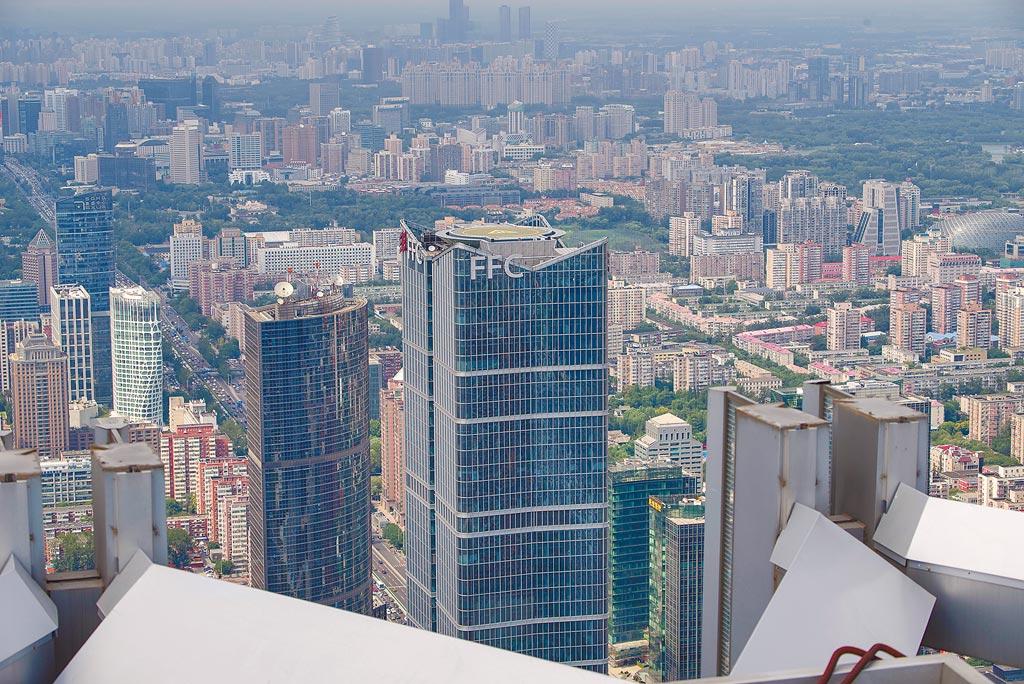 北京CBD吸引了不少世界500強企業總部落腳,圖為在國貿三期上拍攝的CBD建築群。(中新社資料照片)