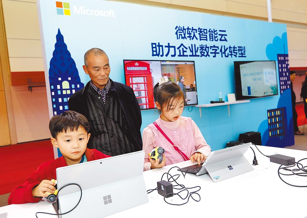 2019世界傳感器大會暨博覽會11月10日起在鄭州舉行,吸引了多家世界500強企業參加。圖為傳感器大會上的微軟展區。(中新社)