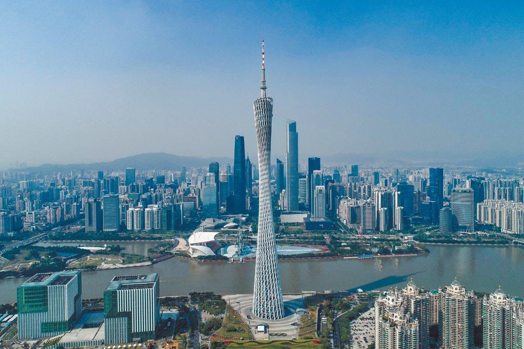 大陸前三季度GDP公布,廣東居首。圖為3月12日拍攝的廣州塔及其身後的天河中央商務區。(中新社)