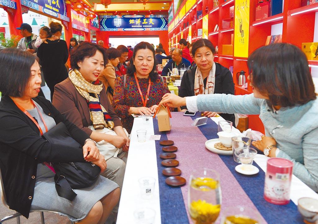 福建GDP已超上海,圖為11月16日,中外客商雲集福建茶博會。(新華社)