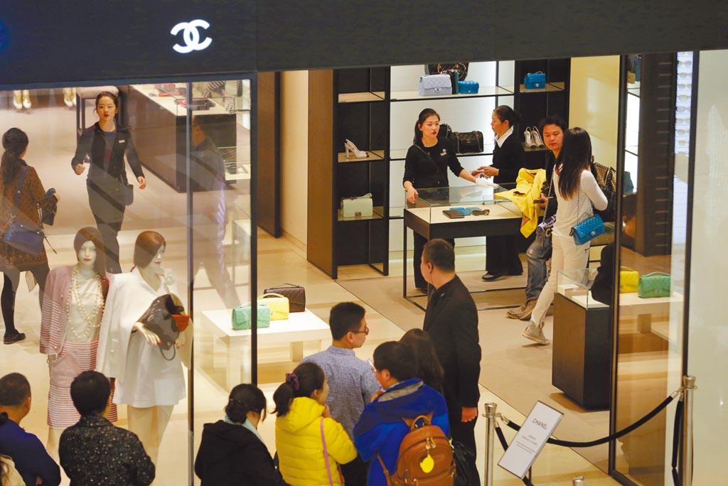 大陸推動國際消費中心城市吹響號角,圖為北京香奈兒專賣店門口,顧客大排長龍。(中新社資料照片)