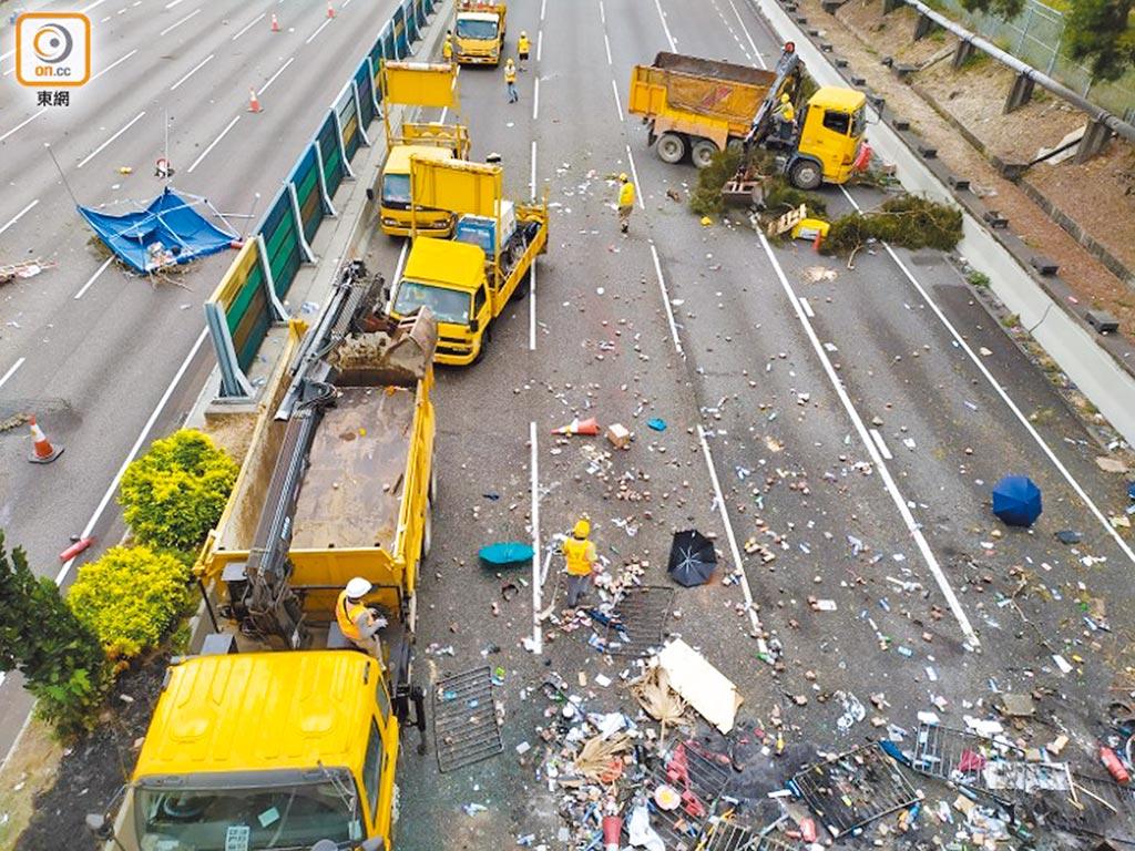 吐露港公路仍有大量雜物。(取自東網)