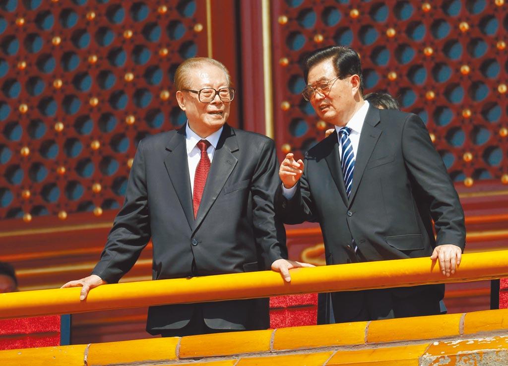 紀念抗戰勝利70周年大會,江澤民(左)與胡錦濤交談。(中新社資料照片)