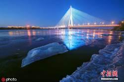 松花江進入流冰期 江面晶瑩璀璨如畫