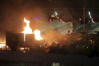 港警裝甲車推進 遭示威者汽油彈逼退
