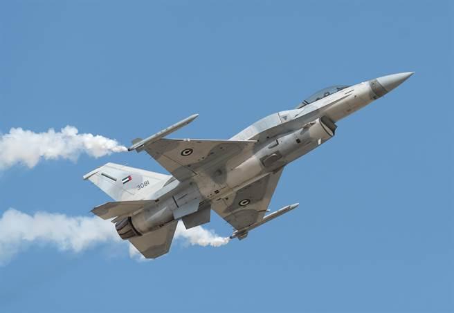 阿聯F-16戰機2018年11月16日在巴林國際航展(Bahrain International Airshow)中展現機動性能的畫面。(達志影像/Shutterstock)