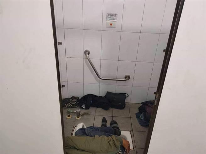 男子陳屍轉運站公廁。(翻攝照片/楊漢聲台東傳真)
