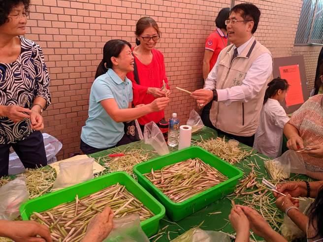 台南市長黃偉哲現場秀削蘆筍絕活與現場民眾同樂。(莊曜聰攝)