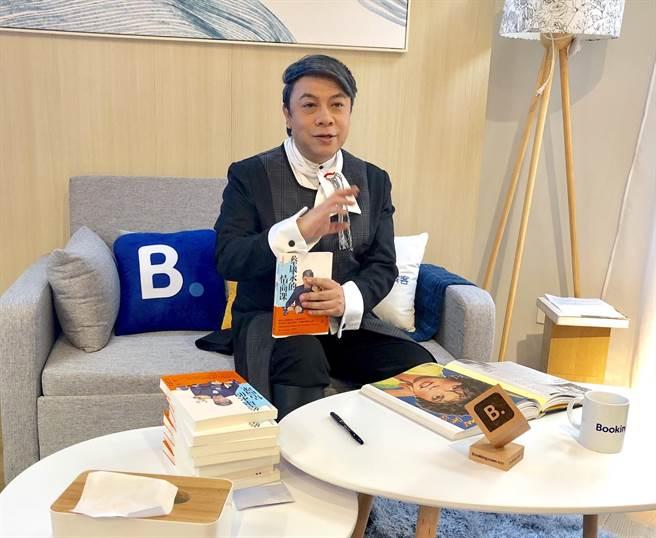 蔡康永擔任「快閃書屋」的一日屋主,分享閱讀與旅遊趣事,他認為根據目的地選書相伴,會讓整趟旅行更加分。(何書青攝)