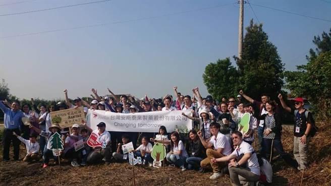 東勢林區管理處與台灣安斯泰來舉辦保安林植樹體驗活動。(東勢林管處提供/王文吉台中傳真)