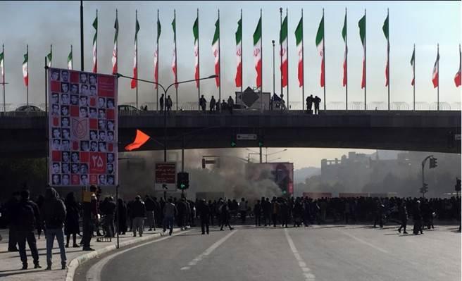 美國制裁導致伊朗經濟陷入困境,總統魯哈尼下令削減汽油補貼,油價變相增加50%,40個城市及市鎮15日因此爆發示威,警民衝突造成至少1人死亡。(美聯)