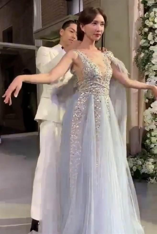 林志玲婚宴上的第二套The Atelier灰色礼服。(读者提供)