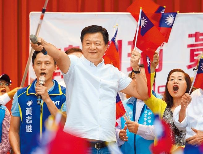 周錫瑋(中)16日出席韓國瑜、黃志雄「運動體驗、體育政策」活動賣力輔選,黨內支持者鼓勵他明年角逐黨魁。(陳怡誠攝)