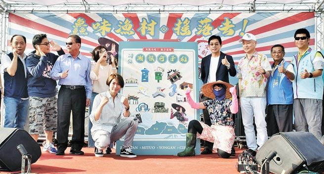 高雄市觀光局代理局長邱俊龍(後排右四)等人16日出席在蚵仔寮舉辦的「海線潮旅行」活動。(林瑞益攝)