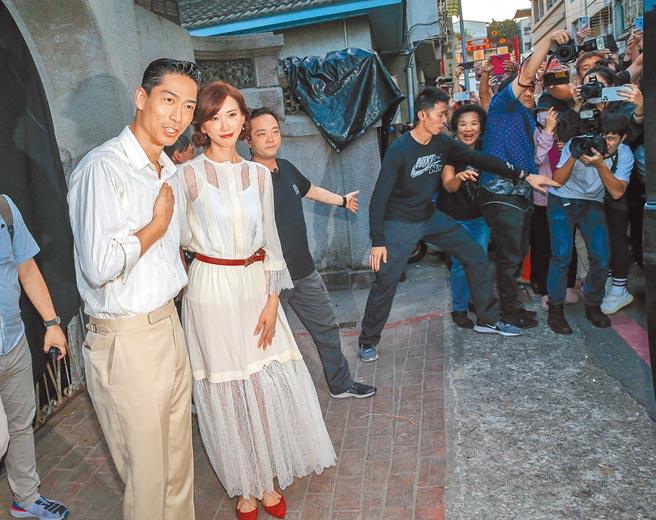 林志玲(左二)與AKIRA的彩排引起媒體和民眾圍觀。(盧禕祺攝)