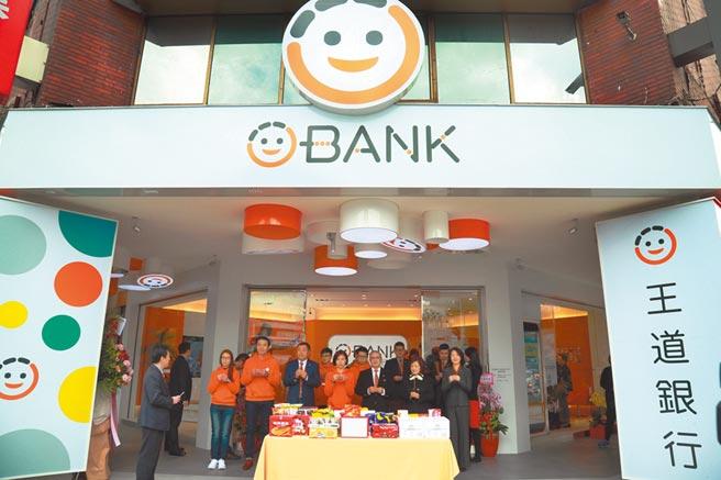 王道銀行忠孝敦化分行開幕,團隊舉行開幕拜拜。圖片提供王道銀行