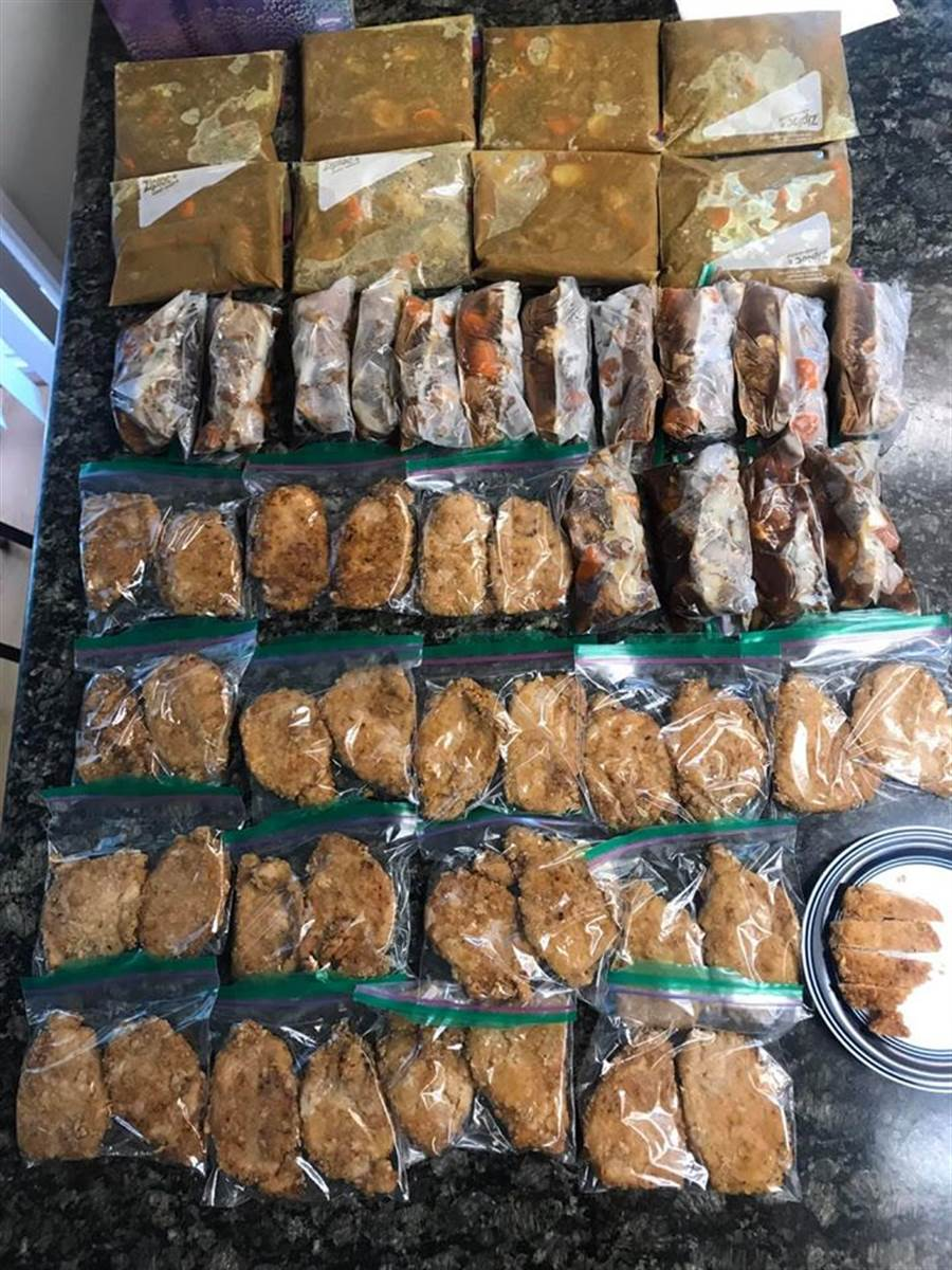 媽媽離開舊金山前,在當地料理了許多食物,並用保鮮袋密封,就怕兒子三餐沒吃飽 (圖/翻攝自爆怨公社)