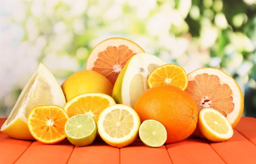 柑橘類像橘子、金桔或柚子等,都含有豐富的維生素C,對喉嚨很有幫助。(達志影像/shutterstock)