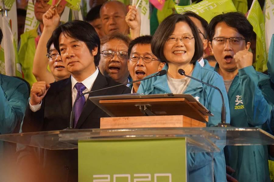 蔡賴16日晚間合體,蔡英文總統(右)臉上表情豐富,反觀前行政院長賴清得(左)表情很僵,一副若有所思。(資料照,柯宗緯攝)