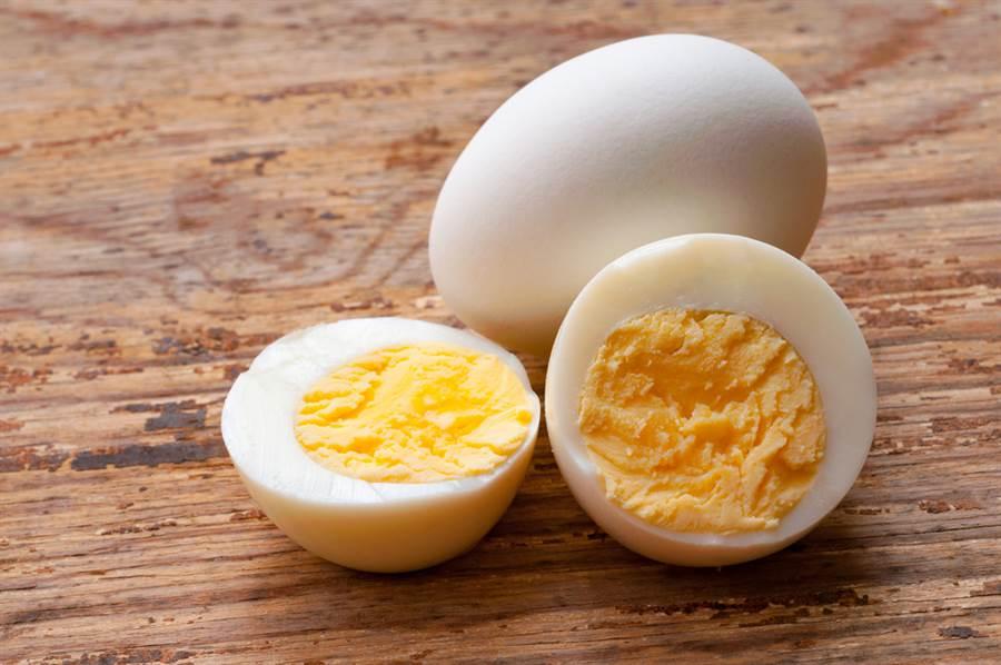 雞蛋容易受到細菌汙染,營養師建議煮到全熟再吃。(達志影像)