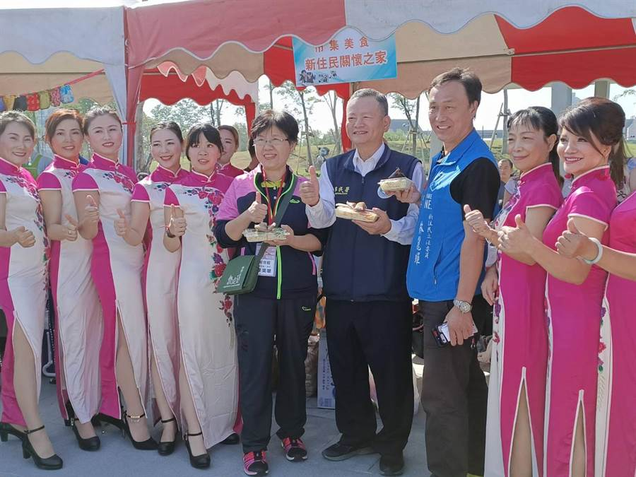 移民嘉義縣服務站主任林炳煌(右四)等人也至現場參與活動,吃美食。(張毓翎攝)