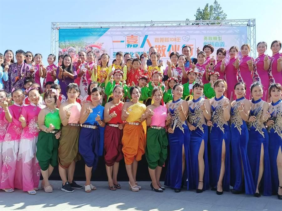 嘉義縣多元文化活動登場,新住民穿各國服裝大車拚。(張毓翎攝)