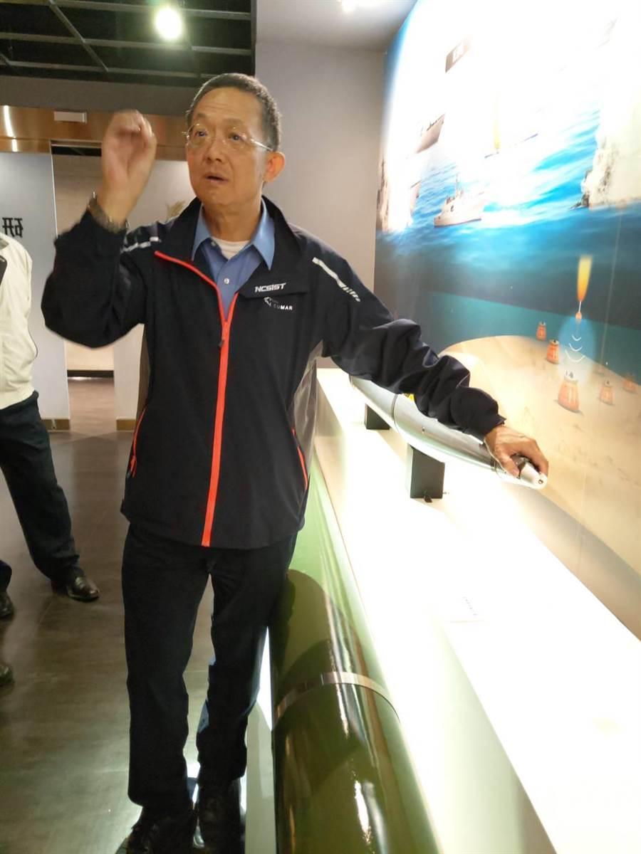 中科院長杲中興站在火箭彈前,談雷霆2000研發故事。呂昭隆攝