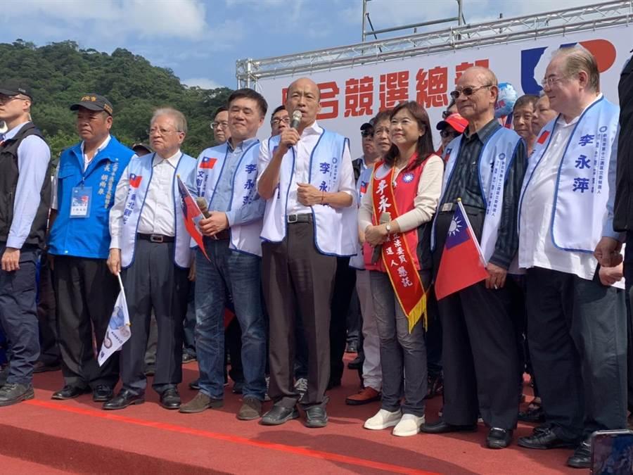 國民黨總統參選人韓國瑜17日上午至瑞芳國中為新北市立委參選人李永萍站台,呼籲民眾給國民黨一個機會,也給自己一個機會。(張睿廷攝)